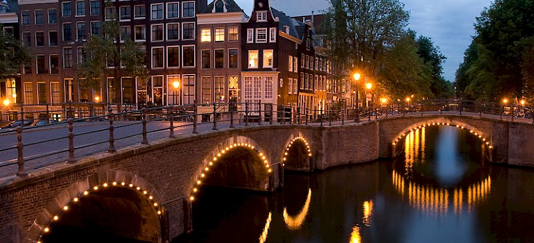 Amsterdam's Keizersgracht at Nighttime. Photo via Wikimedia Commons:Sisyfus