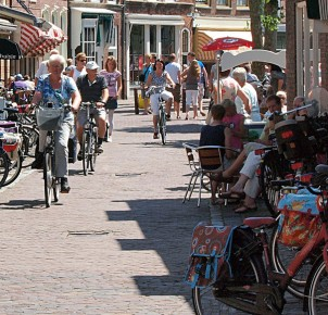 Cycling in the center of Oudewater. Photo via Flickr:zoetnet
