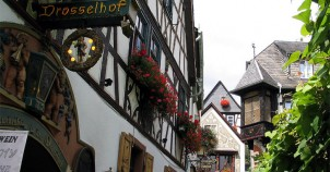 Drosselgasse in Rudesheim - photo via Wikimedia Commons:Uli